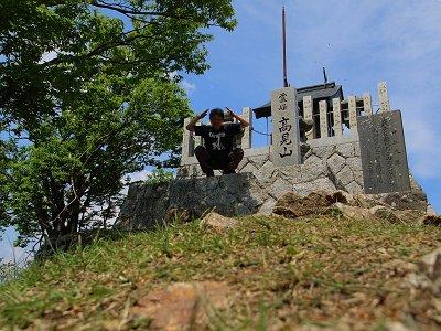 誰もいなくなったすきに祠で記念撮影をする。最近は山のポーズ