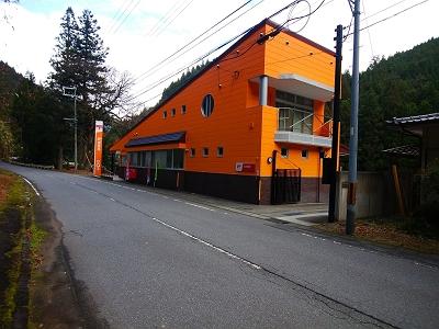天河村の和田郵便局。天和山登山口はこの近くにある和田変電所にある