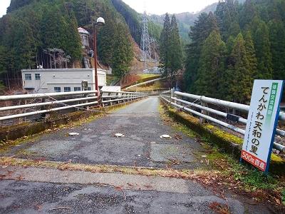 和田変電所の入り口。チェーンを越えて入っていく