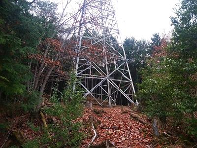 天和山へはいくつかの鉄塔を越えていく