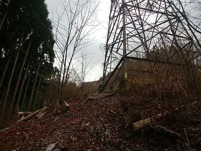急登途中にある鉄塔