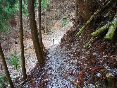 このトラバースルートは道が細くこの時期なのか雪とかで滑りやすい。左側がかなり急斜面。落ちたらかなりの大けが
