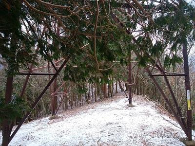 稜線途中にある鉄塔。地図上の川瀬峠はこの先かな!?