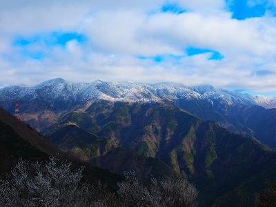 天和山山頂から少し下ったところに開けた場所があり、大峰山脈が一望のもとで素晴らしい。実際にみるともうちょい迫力があったけど、写真では伝わらないね。八経ヶ岳付近は雲がかかって残念だけど、青空もではじめた。
