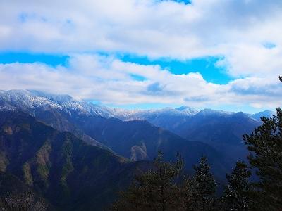 大峰山脈南側かな。仏生ヶ岳とか釈迦ヶ岳方面だと思われる。その手前が七面山っぽいけど、どうなんだろうか!?
