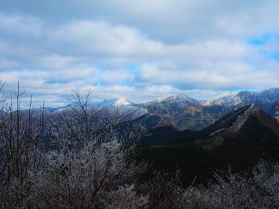 稲村ヶ岳は形ですぐわかったけど、雲が多いのがちょい残念だけど、これだけ見えてればOK。写真では見にくいけど、山上ヶ岳の頭の部分だけがその向こうに見えた