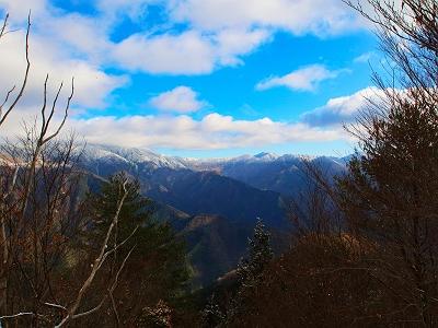 下山途中、さっきの尾根から見えた眺望を青空が多くなっていたので撮影。まあまた来ればいいか