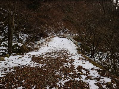 金引橋まで下りてきた。橋を渡ってアイゼンを外して長い林道を歩いていくことになる