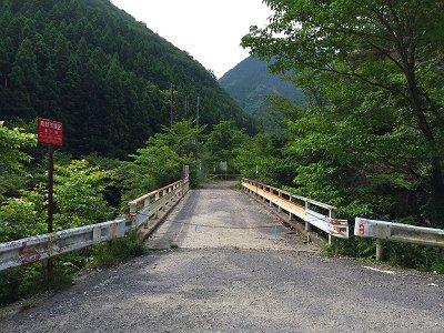 車を停めて熊渡のこの橋を渡ります